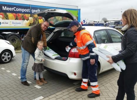 Foto Wethouder Nederstigt deelt samen met dochter Puck compost uit