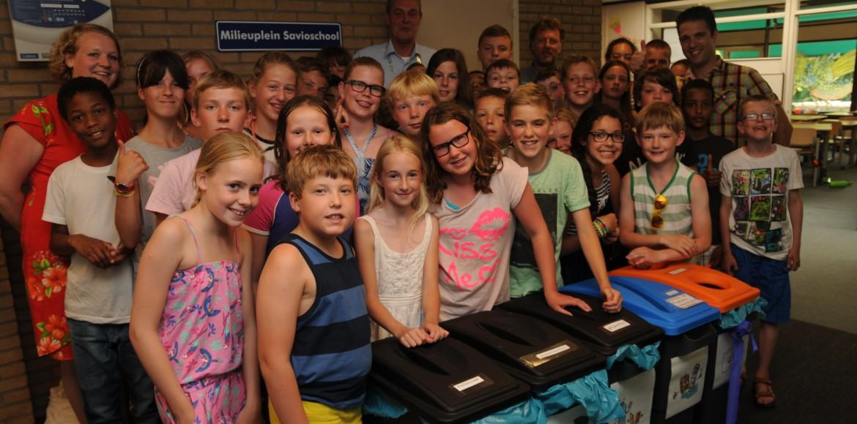 Kinderen van de Savioschool met de juf, Jeroen Spanbroek en wethouder De Jong bij het milieuplein
