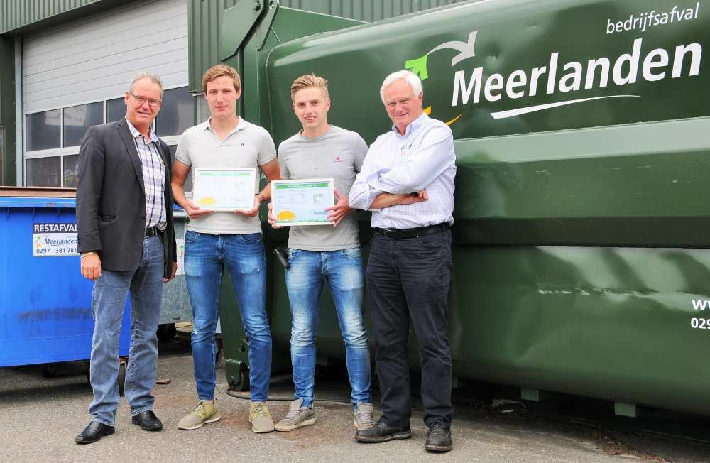 Louis, Frans en Kees Bakker nemen de certificaten in ontvangst uit handen van Henny Rijsdijk van Meerlanden Bedrijfsafval