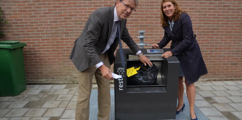 Ondergrondse restafvalcontainer geopend door Richard Kruijswijk en Angeline Kierkels