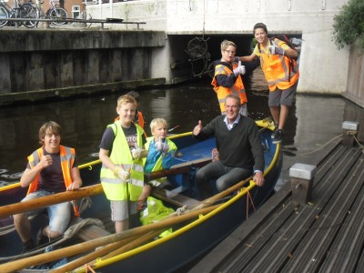 Scouts Tjarda Hillegom en wethouder Anne de Jong ruimen op