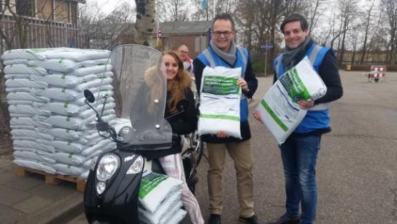 Wethouders delen compost in Katwijk en Noordwijk 2016 - web